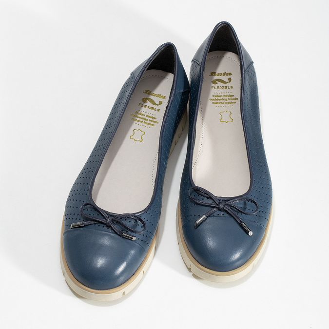 Tmavomodré kožené baleríny s perforáciou flexible, modrá, 524-9607 - 16